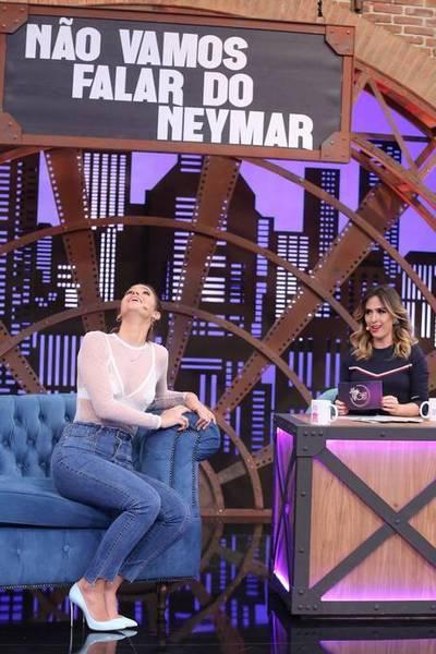 Tatá Werneck brinca com Bruna Marquezine em um quadro da atração chamado 'Não vamos falar do Neymar' (Multishow/Divulgação)