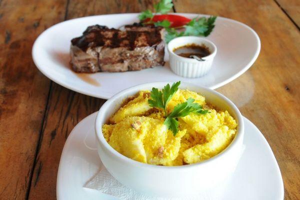 Bife ancho com farofa de ovos do Restaurante Figueira da Villa (Barbara Cabral/Esp. CB/D.A Press)