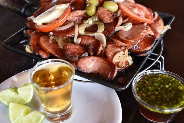 Linguiça calabresa flambada com cachaça do Ceará Carne de Sol na QI 4 do Guará I (Breno Fortes/CB/D.A Press)