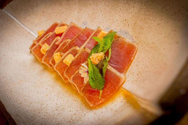 Tataki de foie gras e atum: combinação inusitada no Mercadito (Davi Fernandes de Freitas/Divulgação)