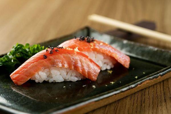Dupla de sushi com salmão selvagem do Oma Japanese Experience ( Rafael Lobo/ Zoltar Design)