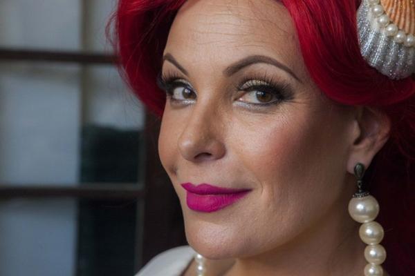 Atriz Carolina Ferraz interpreta travesti em 'A Glória e a Graça' (Guilherme Maia/Divulgação)
