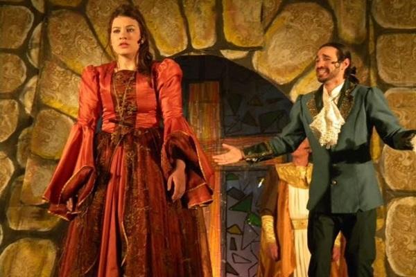 Alcione e Carlos estão apaixonados, porém não podem se relacionar por causa da vocação de Carlos como padre (Arco&Flecha/Divulgação)