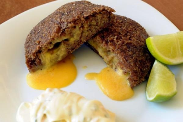 O quibeirute tem recheio de queijo e um molho tártaro como acompanhamento (Antonio Cunha/CB/D.A Press)