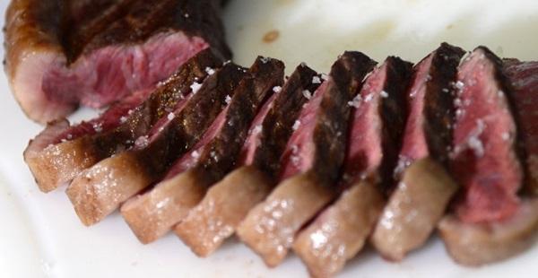 A carne assada na brasa é uma das pedidas do 1º Congresso de Carnes e Churrasco do Brasil (Ed Alves/CB/D.A Press)