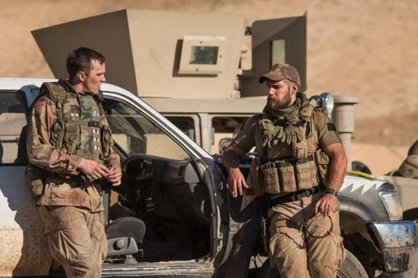 Atores Nicholas Hout e Henry Cavill são os protagonistas da trama (Nick Wall/Divulgação)