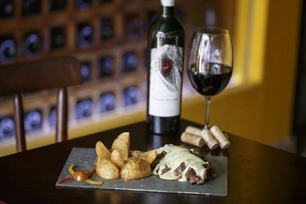 No LaCave o bife ancho combina com vinho tinto chileno (BeChance/Divulgação)