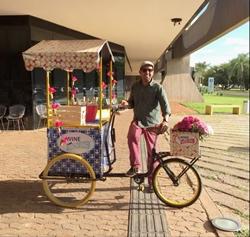 Carlos Soares propaga a bebida para a geração Y no Wine Moving, uma bike de vinhos (Zuleika de Souza/CB/D.A Press)