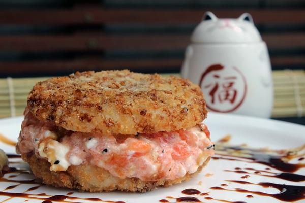 Hambúrguer de sushi, do Zaki Sushi  (Divulgação/Renato Acha)