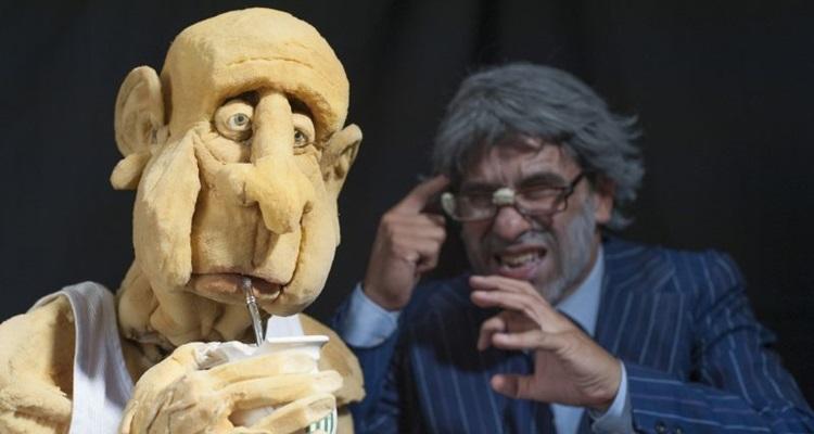 Em 'Aqueles velhos de...', Sergio Mercurio contracena e manipula boneco em tamanho natural  (Pablo Gonzales/Divulgação)