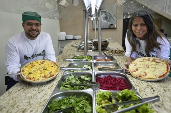 Egberto Lima e a esposa, Sirlan Lima. O veganismo surgiu como opção gastronômica pela saúde do filho (Breno Fortes/CB/D.A Press)