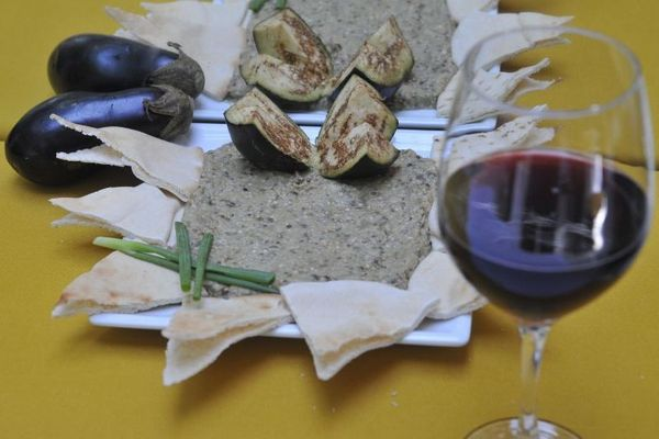 Para preparar a babaganush, a berinjela é colocada direto nas chamas  (Minervino Junior/CB/D.A Press)