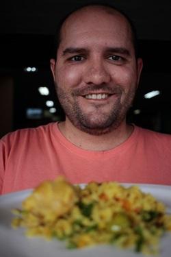 Helio Vasconcelos faz a galinhada tradicional (Ana Rayssa/Esp. CB/D.A Press)