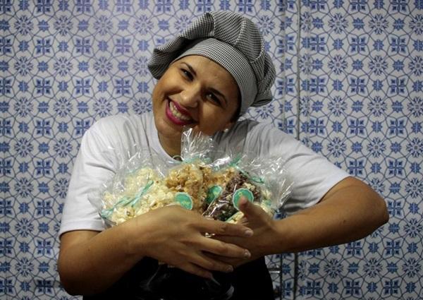 Paula Torres, uma das pipoqueiras que lucra com o produto premium na capital (Ana Rayssa/Esp. CB/D.A Press)