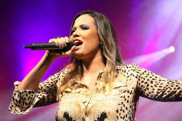 Cantora Adriana Samartini se apresenta em festa junina do Iate Clube: promessa de muita música (Luis Fabiano Neves/Divulgacao)