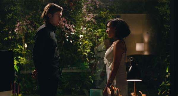 Olly e Madeline vivem um romance cheio de barreiras em Tudo e todas as coisas (Warner Bros./Divulgação)