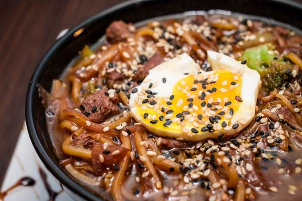 Bola da vez na gastronomia, noodle entra no menu de inverno do Loca como tu Madre ( Ana Morena/Divulgação)