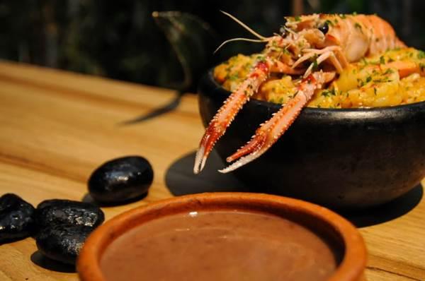 Arroz de robalo com camarões e lagostins. À frente, sopa de pedra, ambos do Tejo ( Barbara Cabral/Esp. CB/D.A Press)