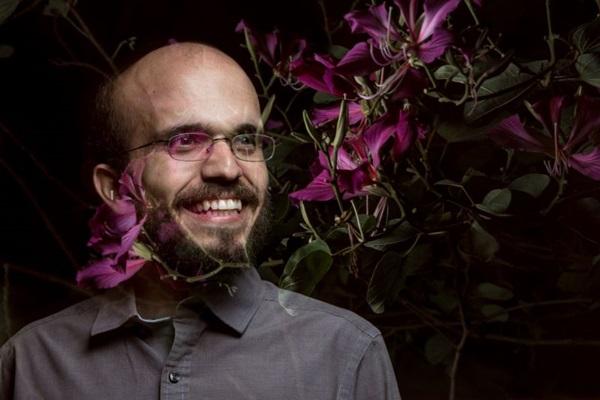 O cantor Túlio Borges é a atração do Arraiá de 10 anos do Senhoritas Café (Vitor Schietti/Divulgação)