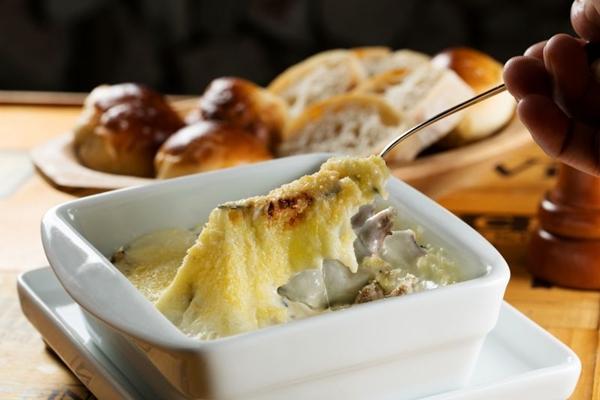 Tirinhas de filé-mignon ao molho de queijos fundidos, gratinadas com queijo Minas meia cura, do Rapport (Rafael Zoltar/Divulgação)