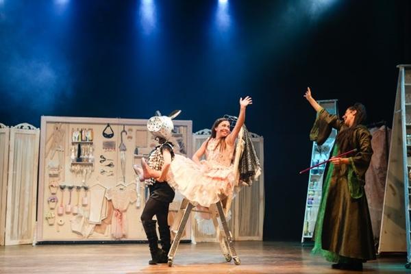 Cinderela é uma estilista talentosa em nova versão do espetáculo (Flavia Canavarro/Divulgação)