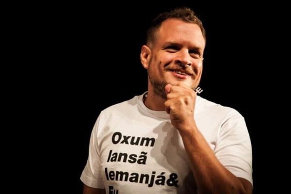 O comediante apresenta um stand up umbandista (Samira Chaves/Divulgação)