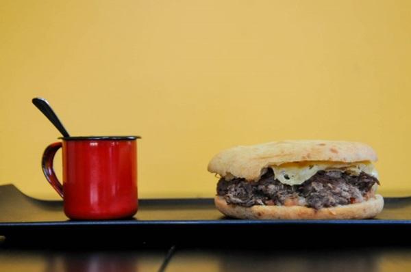 Nos sanduíches do Mei di Minas, o pão tradicional dá lugar ao pão de queijo (Bárbara Cabral/Esp. CB/D.A Press)