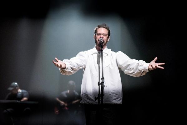 Bruce Gomlevsky vive o líder da Legião Urbana em 'Renato Russo: O musical' (Divulgação)