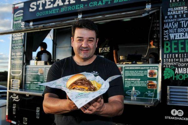 Hambúrguer à americana: disco de carne mais fino é tendência e surge no Steak Shack, de Marcello Piucco (Bárbara Cabral/Esp. CB/D.A Press. )
