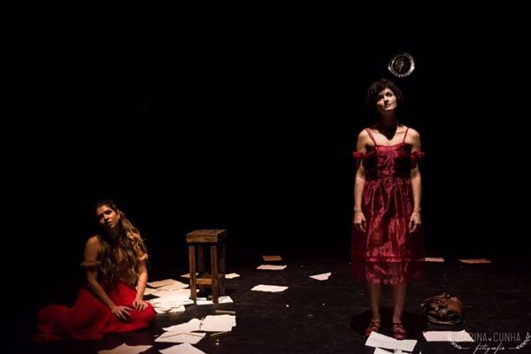 Em 'O pinguim',  Juliana Dalle e Fabiola Godoi vivem a mesma mulher, mas em períodos diferentes (Marina Cunha/Divulgação)