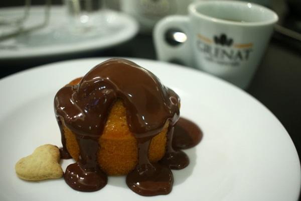 No Grenat Cafés Especiais, a pedida certa é o bolo de cenoura da %u201Cvovó%u201D (Luis Nova/Esp. CB/D.A Press)