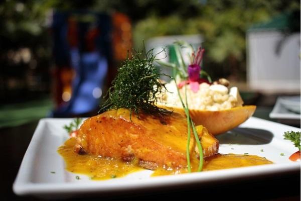 Na Quitinete Gourmet, molho de manga do salmão é apresentado morno para o cliente se servir (Ana Rayssa/Esp. CB/D.A Press)