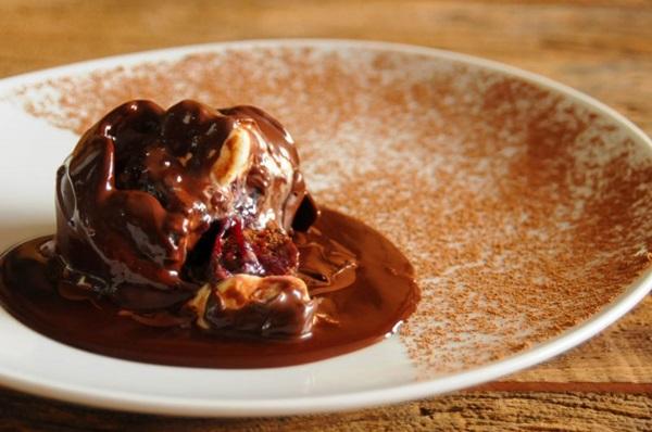 Esfera de chocolate derrete com calda do mesmo ingrediente no EAT Olivae (Bárbara Cabral/Esp. CB/D.A Press)