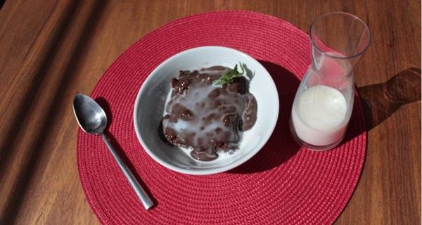 A sobremesa Bordeaux é banhada ao leite: combinação perfeita com o chocolate (Arthur Menescal/Esp. CB/D.A Press)