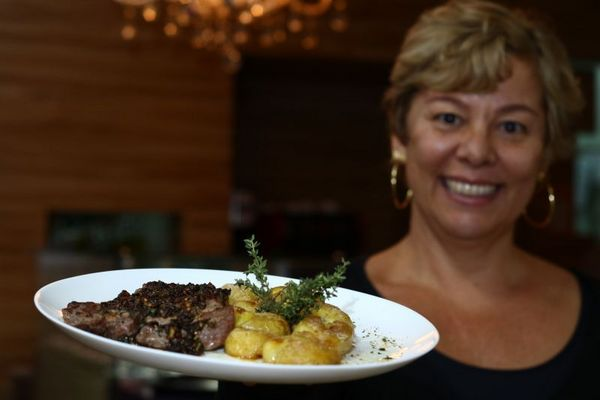 Fernanda Puntel e bife ancho, uma das novidades do Parfait Croissant para o Restaurant Week ( Luis Nova/Esp. CB/D.A Press)