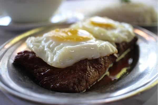 Filé a cavalo: com a gema do ovo mole fica ainda mais atrativo (Ana Rayssa/Esp. CB/D.A Press)