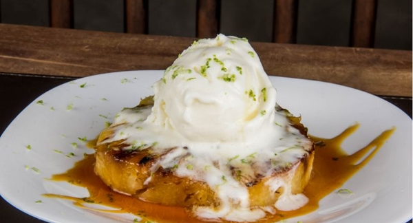 O abacaxi na parrilla com melaço de cana, raspas de limão e sorvete de creme dão um toque final ao jantar no Brace (Rômulo Juracy/Divulgação)