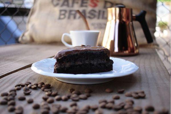 Café na xícara ou no prato: bebida é usada para fazer bolo no Acervo Café (Ana Rayssa/Esp. CB/D.A Press)