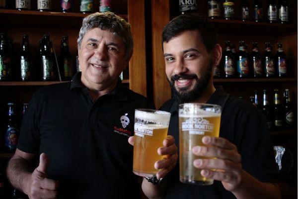 Arthur Gouveia e o pai, Arnaldo Barbosa, apostam nas cervejas e no mix de linguicinhas Berna para agradar  (Ana Rayssa/Esp. CB/D.A Press)
