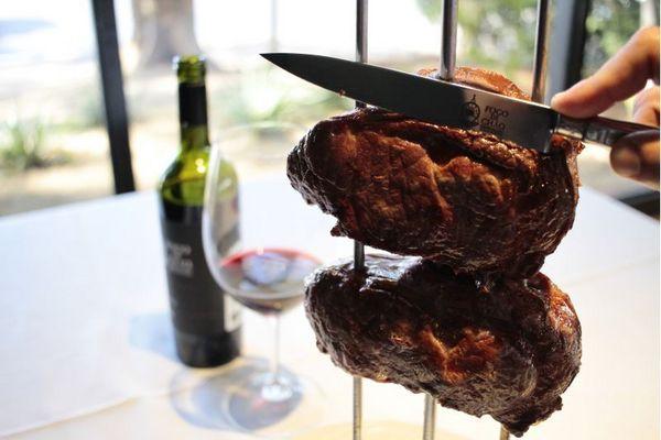 O churrasco, paixão nacional, vem como uma bela alternativa nesta data (Ana Rayssa/Esp. CB/D.A Press)