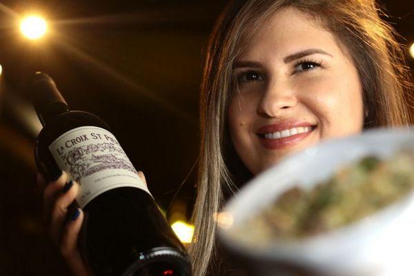 No Domaine Bar a Vin, Daiany Barbosa, a proprietária, promete que as primeiras reservas ganham um risoto e uma garrafa de vinho (Luis Nova/Esp. CB/D.A Press)