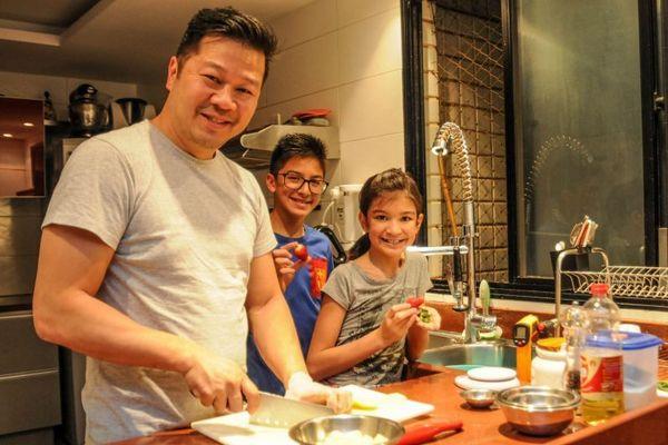 Willian Chen, chef com seus filhos Sabrina Blom Chen Yen e Nicholas Blom Chen Yen (Bárbara Cabral/Esp. CB/D.A Press)
