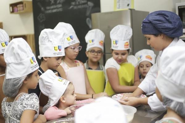 As crianças aprendem pratos que podem ser reproduzidos em casa  (Fabio Mira/Divulgação)