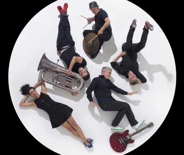 A interação entre músicos e atores é uma das marcas de Saguibatu (Bruno Castaing/Divulgação)