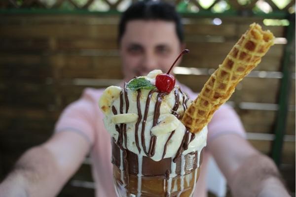 Em taça monumental, banana split ganha cara nova na Stonia Ice Creamland pelas mãos de Bruno Borges (Ana Rayssa/Esp. CB/D.A Press)