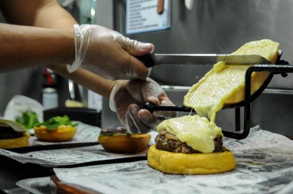 A porção generosa de queijo raclette é servida na frente do cliente (Bárbara Cabral/Esp. CB/D.A Press)
