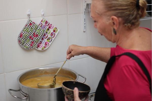 Há mais de 35 anos, dona Jacirema Almeida faz o famoso tacacá do Delícias do Pará (Arthur Menescal/Esp. CB/D.A Press)