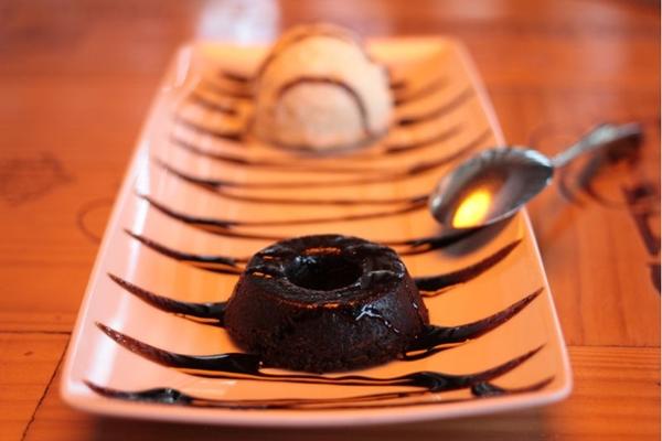 O açaí sai da tigela e aparece no quindim para quem vai ao restaurante Fusion (BÁRBARA CABRAL/Esp. CB/D.A PRESS)