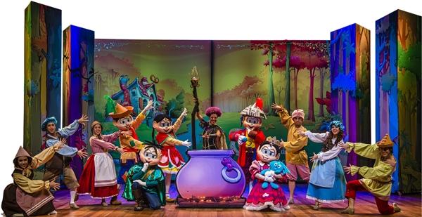 Os clássicos personagens viram príncipes e princesas no palco (Foto: Divulgação)