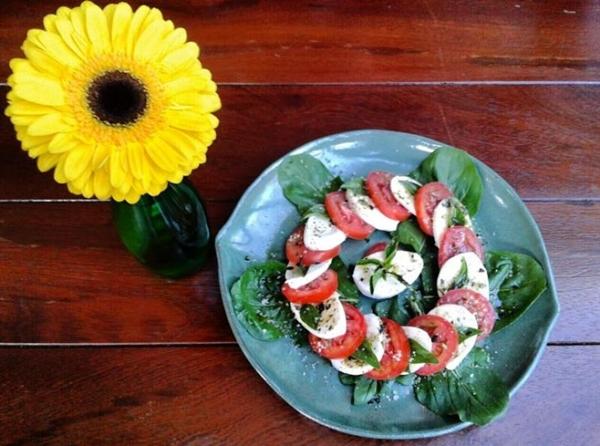 A tradicional salada caprese do Siamo Noi segue a receita italiana à risca (Divulgação/Siamo Noi)